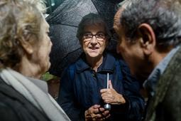 Muriel Casals, tota una vida de lluita 13/10/2015. Muriel Casals amb Eliseu Climent després de la concentració de suport als imputats pel 9-N a la plaça Sant Jaume. Foto: Adrià Costa.