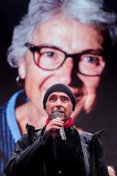 Les millors fotos de la setmana de Nació Digital <a href='http://www.naciodigital.cat/noticia/103543/muriel/casals/passa/torxa'>Lluís Llach ha protagonitzat un dels moments més emotius de l'homenatge a Muriel Casals</a>. </br> Foto: Adrià Costa