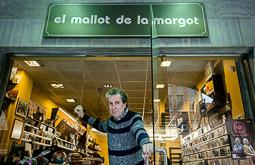 Les millors fotos de la setmana de Nació Digital <a href='http://www.naciodigital.cat/osona/noticia/49972/agusti/palomares/mallot/margot/estat/botiga/discs'>El Mallot de la Margot, l'emblemàtica botiga de discs de Manlleu, baixarà les persianes a finals de mes, després de 33 anys d'intensa activitat.</a>. </br> Foto: Adrià Costa