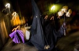 Les millors fotos de la setmana de Nació Digital <a href='http://www.naciodigital.cat/osona/galeria/5047/processo/dels/armats/vic/2016'>La processó dels Armats recorre en silenci els carrers del nucli antic de Vic.</a> </br> Foto: Adrià Costa