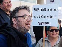 Les millors fotos de la setmana de Nació Digital Una vintenta de persones dóna suport a Steve Cedar, activista d'Unitat contra el Feixisme i el Racisme d'Osona, denunciat per la formació xenòfoba Som Catalans.. Foto: Jose M. Gutiérrez