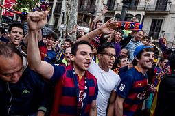 L'afició blaugrana celebra la Lliga a Canaletes