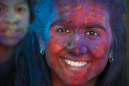 Les millors fotos de la setmana de Nació Digital Una festa Holi omple de color el Parc de Vallaradís de Terrassa. Foto: Cristóbal Castro