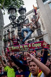 Les millors fotos de la setmana de Nació Digital Unes 3.000 persones celebren a Canaletes la 24a Lliga de la història del Barça. Foto: Adrià Costa