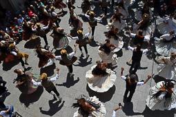 Les millors fotos de la setmana de Nació Digital Més de 300 dansaires celebren el 25è aniversari del retorn del ball de Gitanes a Sant Vicenç de Castellet. Foto: Pere Fontanals