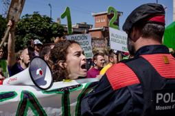 Les millors fotos de la setmana de Nació Digital Activistes de la PAH protesten al míting de Mariano Rajoy, a Lleida . Foto: Adrià Costa