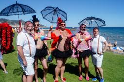 Les millors fotos de la setmana de Nació Digital Més de 2.000 participants, repartits en 21 carrosses, han omplert el passeig marítim de Sitges per la rua de la Gay Pride. Foto: Aleix Ramírez