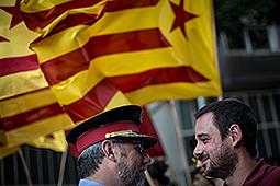 Concentració en contra de Felip VI a Girona Una setantena de persones s'han concentrat a Girona per mostrar el seu rebuig a la figura de Felip VI