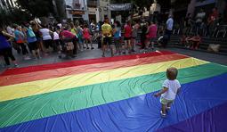 Les millors fotos de la setmana de Nació Digital Celebració del Dia internacional per a l'Alliberament LGTBI a la plaça Vella, de Terrassa. Foto: Cristóbal Castro