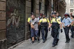 Les millors fotos de la setmana de Nació Digital Una operació policial conjunta entre la Guàrdia Urbana de Barcelona i els Mossos d'Esquadra desarticula.  un punt de subministrament i consum de drogues en un pis del Raval Foto: Adrià Costa