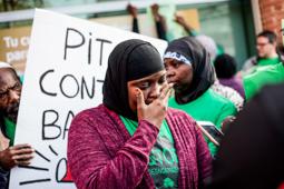 Les millors fotos de la setmana de Nació Digital Protesta davant la seu de Bankia a Olot per denunciar les traves que posa l'entitat a les famílies en situació de risc que volen renegociar la seva hipoteca.  Foto: Martí Albesa