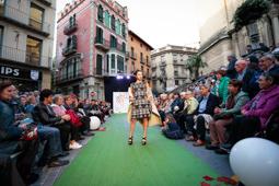 Les millors fotos de la setmana de Nació Digital Desfilada de vestits de paper del museu Mollerussa a la Fira de Sant Lluc d'Olot. Foto: Martí Albesa