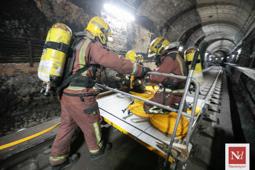 Les millors fotos de la setmana de Nació Digital Els Bombers de la Generalitat fan pràctiques als túnels ferroviaris de Sabadell per millorar les actuacions en cassos d'emergències. Foto: Juanma Peláez