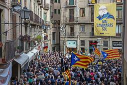 Les millors fotos de la setmana de Nació Digital «Mai caminaràs sol», una gran pancarta ha presideix la concentració de suport a Joan Coma a Vic. Foto: Albert Alemany