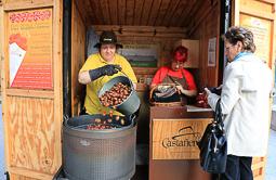 Les millors fotos de la setmana de Nació Digital Els venedors de castanyes de Vic consideren que la temporada ha estat cara i fluixa. Foto: Josep M.Costa