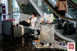 Les millors fotos de la setmana de Nació Digital La brutícia s'acumula a l'aeroport del Prat després de cinc dies de vaga de neteja.  Foto: Adrià Costa
