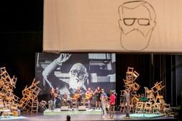 Les millors fotos de la setmana de Nació Digital Sabadell ha fet reviure el llegat de Pere Quart. Amb motiu del 30è aniversari de la mort de l'escriptor, una trentena d'artistes s'han reunit al Teatre La Faràndula per donar vida a l'espectacle «Al capdavall som bàrbars» .   Foto:Juanma Peláez