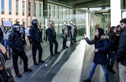 Les millors fotos de la setmana de Nació Digital Enfrontament entre manifestants a la Ciutat de la Justícia pel judici a Garganté.  Foto: Isaac Meler