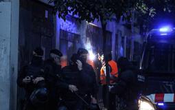 Les millors fotos de la setmana de Nació Digital Els Mossos desallotgen el «banc expropiat» per enèsima vegada i en treuen l'activista amagat.  Foto: Isaac Meler