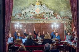 Les millors fotos de la setmana de Nació Digital El ple de l'Ajuntament de Vic aprova sancionar els bancs amb pisos buits.  Foto: Josep M. Montaner