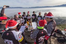 Les millors fotos de la setmana de Nació Digital Cada 25 de desembre desenes de persones pugen la Creu de Gurb per cantar nadales i esmorzar tot contemplant vistes espectaculars de la Plana de Vic.  Foto: Josep M. Costa
