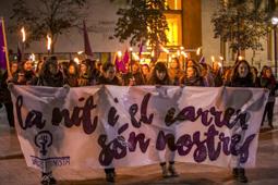 Les millors fotos de la setmana de Nació Digital Una marxa de torxes, organitzada pel col·lectiu Vallès Feminista, recorre els carrers del centre de Sabadell, la vigília del Dia Internacional per a l'Eliminació de les Violències envers les Dones.  Foto: Juanma Peláez