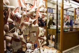 Les millors fotos de la setmana de Nació Digital A Barcelona hi ha uns quants llocs on en el temps sembla haver-s'hi aturat, racons en què les essències d'autenticitat s'hi conserven irreductibles. De tots ells, potser el més singular siguin els Encants Nous.Foto: Jordi Jon Pardo