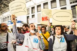 Les millors fotos de la setmana de Nació Digital L'estand de l'exèrcit espanyol al Saló de l'Ensenyament, precintat per «tòxic».Foto: Jordi Jon Pardo