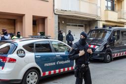 Les millors fotos de la setmana de Nació Digital Dos detinguts en una operació contra el jihadisme a Roda de Ter.Foto: Adrià Costa