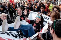 Les millors fotos de la setmana de Nació Digital Uns700 treballadors es concentren davant la seu de Foment del Treball per reclamar la recuperació dels drets socials.Foto: Adrià Costa