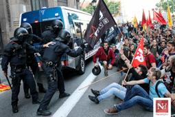 Les millors fotos de la setmana de Nació Digital Tensió a la manifestació d'universitaris per reclamar la rebaixa de les taxes.</br>Foto: Isaac Meler