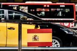 Les millors fotos de la setmana de Nació Digital Barcelona es desperta plena de banderes espanyoles enganxades al mobiliari urbà.Foto: Adrià Costa