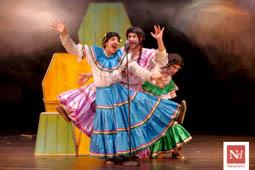 Les millors fotos de la setmana de Nació Digital «Y me morí: cabaret tragicómico mexicano para tres difuntos» a l'ETC.</br>Foto: Joan Parera