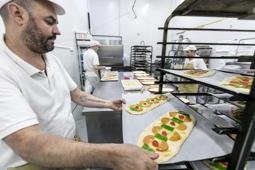 Les millors fotos de la setmana de Nació Digital Els catalans menjaran 1,7 milions de coques artesanes per Sant Joan.Foto: Juanma Peláez