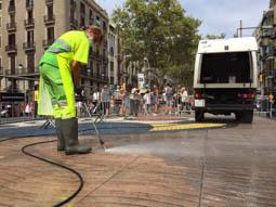 Les millors fotos de la setmana de Nació Digital Barcelona retira els espais memorials de les Rambles per recuperar la normalitat.Foto: Martí Albesa