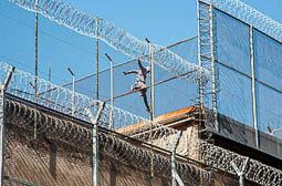 Les millors fotos de l'any de NacióDigital Un pres s'amotina a la teulada de la Model per protestar pel seu trasllat a Lleida.Foto: Jordi Jon Pardo