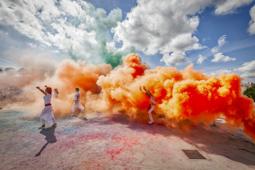 Les millors fotos de l'any de NacióDigital El Holi omple Sabadell de colors. Foto: Juanma Peláez