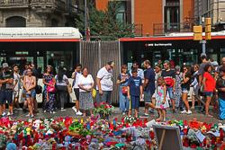 Les millors fotos de l'any de NacióDigital La Rambla de Barcelona canvia el terror per l'amor.Foto: Albert Alemany