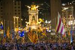 Les millors fotos de l'any de NacióDigital Partits, entitats i Govern comparteixen escenari a l'avinguda Maria Cristina en el míting de final de campanya de l'1-O.Foto: Martí Albesa