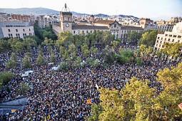 Les millors fotos de l'any de NacióDigital Concentracions massives en diversos punts de Barcelona i en diverses ciutats del país, per protestar contra les càrregues de la Guàrdia Civil i la policia espanyola l'1 d'octubre, coincidint amb l'aturada general.Foto: Josep M. Montaner
