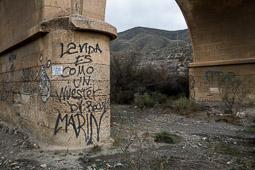 Eleccions andaluses 2015 Una pintada al camí d'accés a Fort Bravo, els decorats dels «spaghetti-western» rodats al desert d'Almeria.