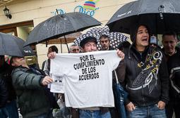 Eleccions andaluses 2015 Treballadors de Delphi protesten pel tancament de la factoria de Puerto Real, davant la seu del PSOE a Cadis.