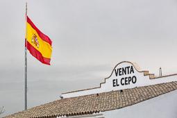Eleccions andaluses 2015 Una gran bandera espanyola presideix la venta El Cepo, situada justa davant de la presó Puerto III de Puerto de Santa María, Cadis.