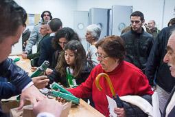 Eleccions andaluses 2015 Militants del PSOE repartint paraigües als assistents a l'acte final de campanya a Sevilla.