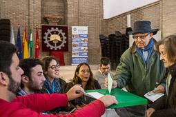 Eleccions andaluses 2015 Un matrimoni votant en un col·legi del centre de Sevilla.