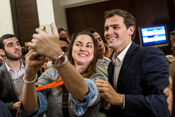 Eleccions andaluses 2015 Albert Rivera fent-se una «selfie» amb una simpatitzant.