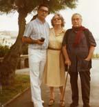 La vida Pedro Urraca És la darrera fotografia que el matrimoni conservava en els seus àlbums. És l'any 1984, i pares i fill es troben a Madrid. Pedro Urraca, ja definitivament jubilat, té 80 anys i ha quedat cec