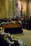 Funeral pel jove Aleix Ribera Envoltat de corones de flors; damunt el fèretre hi van posar una foto del seu equip de futbol i la seva samarreta, la número 6