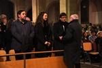 Funeral mossèn Ballarin Puigdemont, l'alcaldessa de Berga, Montse Venturós, i el conseller d'Economia, Oriol Junqueras, saluden a un amic de Ballarín abans de començar la missa (ACN)