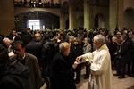 Funeral mossèn Ballarin Un capellà dóna la comunió a una dona en la missa de comiat de Ballarín (ACN)